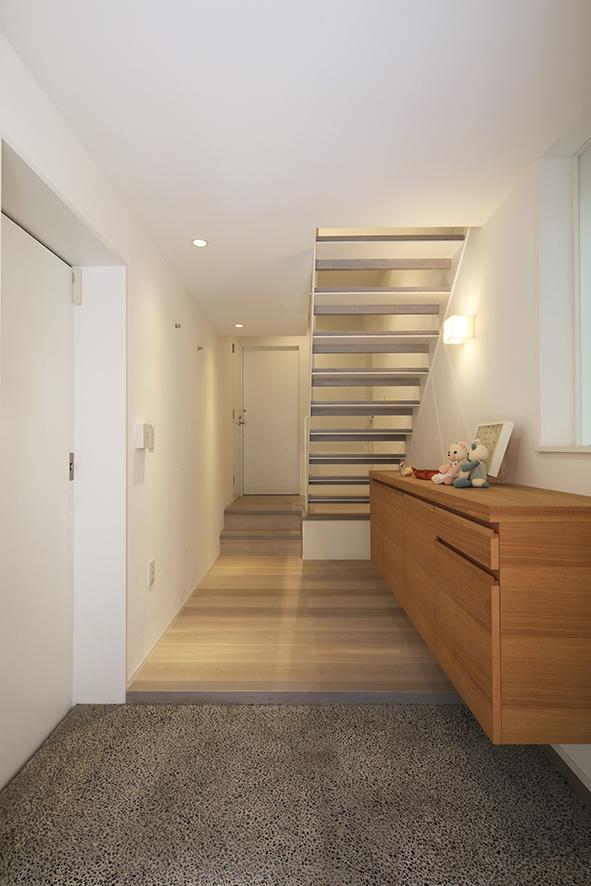 高輪の家 玄関・階段